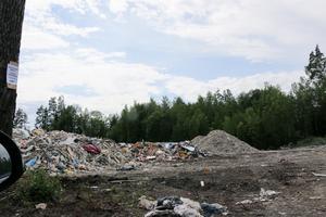 De boende klagar på att det dammar mycket vid hanteringen av avfall.