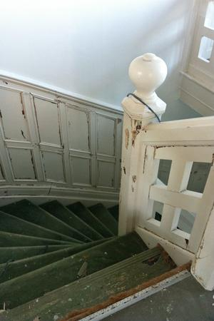 Trappan hade fyra lager med bland annat gamla mattor och lim som togs bort. Foto: Helena Köhl