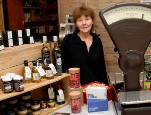 Jill Magnusson i sin butik, som också är något av ett lanthandelsmuseum.
