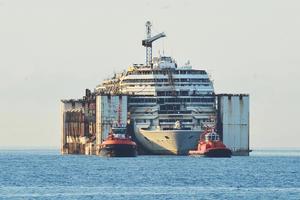 Kryssningsfartyget Costa Concordia är omskrivet i Nils Bergeås nya bok. Foto: AP