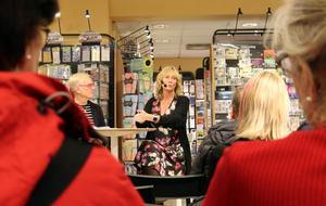 När livet vänder. Inte bara en gång, utan två. Pamela Anderssons berättelse fängslar publiken.