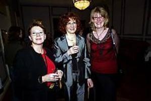 Gävle kommun uppvaktade i går sina medarbetare. Eva Bäckström, Agneta Ohlsson och Ingegärd Bylund har arbetat 25 år i Gävle kommun och uppvaktades med minnesgåva i Stadshusets festsal. Foto: ANNAKARIN BJÖRNSTRÖM
