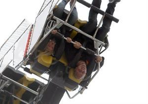Det fanns flera karuseller som tog passagerarna upp i luften.På bilden är det Batman som gör Peter Wikman röd i ansiktet medan nioåriga dottern Melina är tämligen oberörd.– Jag ska åka den andra karusellen som snurrar upp i luften också, sade Melina Wikman.