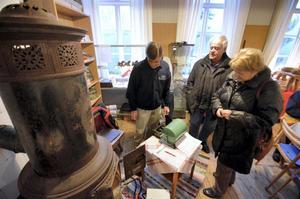 Lotteri. Kennert Allansson från hembygdsföreningen säljer lotter till Rune och Marianne Tjäderbäck från Pålsboda.