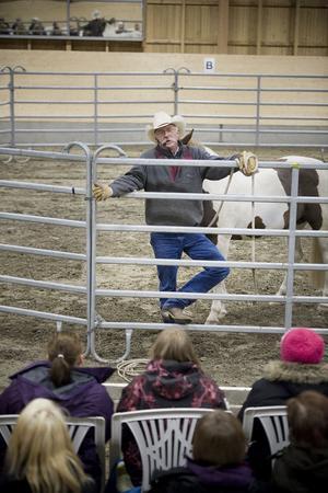 Omkring 130 personer kom på torsdagskvällen till ridhuset i Arbrå för att få höra John More föreläsa om hästhantering.