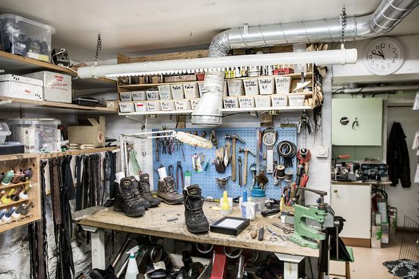 Inne i Peter Sahlins  syverkstad finns allt som behövs för att reparera skor, väskor och en och annan jacka.