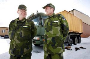 """""""Vi har egen ved med oss, för i Norge får man inte ens bryts en torrkvist i skogen"""", säger Mikael Jonsson, hemvärnsbefäl som leder den jämtländska plutonen på Nato-övningen i trakterna av Bodö och Tromsö. Här tillsammans med befälhavaren för Fältjägargruppen i Jämtland, Sven Matsson."""
