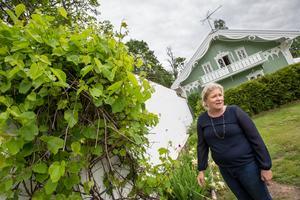 Den vita muren var tidigare stöd och värme för sex växthus. I dag finns mängder av växter även om växthusen är borta, visar Sandra Hamilton.
