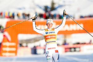 En glad Charlotte Kalla var först i mål i Lillehammer.Bild: Terje Bendiksby/TT