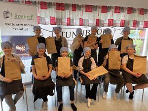 Eleverna på Runemoskolan bakade fint bröd och fick med sig en påse bröd hem.  Foto: Margareta Englund