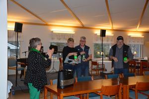 Ulrika, Lennart och Hans avtackas av ordförande Vanja.