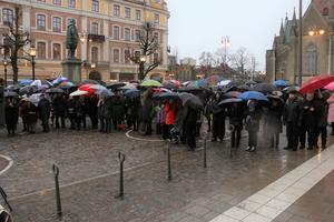 Paraply var en nödvändighet om du inte skulle bli blöt ändå in på underkläderna av regnet.