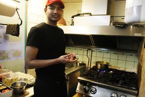 Tanvir Ahmed Utchash är kock på Indisk Spicy.
