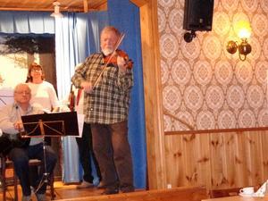 Anders Gill spelade kustlåtar.