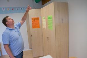 Lugnviksskolan fortsätter att läcka in vatten. Här, Andreas Gustavsson, lärare på skolan.