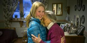 Alice och hennes gammelmormor Frida Skans i ett varmt möte på Blomstergården i Krokom.