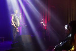 Marcus ömsom sjöng smäktande, ömsom vevade med en trosa i spets, när han gjorde sin cover på Rolandz