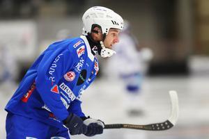 Jocke Hedqvist bröt en hörna i andra halvlek och satte 2–1 för Vänersborg, men det räckte inte till seger för hemmalaget som fortfarande är tre poäng bakom Bollnäs – men bara en efter Hammarby.