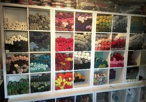 I sin webbutik säljer Jenny Alderbrant ett danskt garn som inte funnits i Sverige men nu har fler börjat ta in det, efter att hennes mönster spridit sig och efterfrågan på just det garnet ökat.