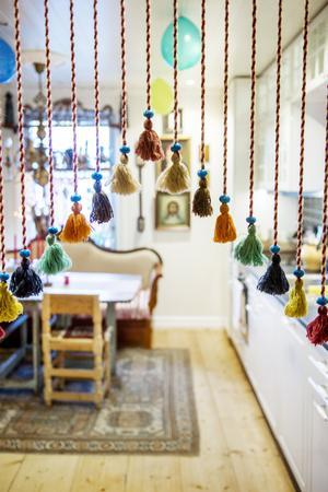 Tofsarna i dörröppningen kommer från ikea liksom själva köket, i övrigt är det mest loppisgrejer som kommer in i Pernillas hem.