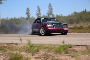 Robert Johansson kör så det ryker med sin Mercedes på Monztabanan. Foto: Björn Daniels.