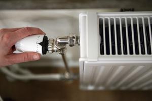 När temperaturen sjunker utomhus hänger inte uppvärmning i Öbos lägenheter med. FOTO: ANDERS WIKLUND / TT
