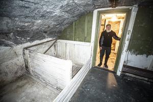 Karl-Erik Dahlgren i dörröppningen mellan två av de tre rummen i jordkällaren.