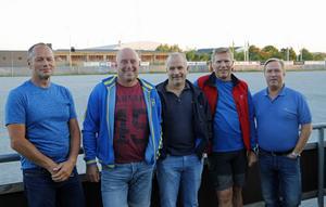Stefan Falk (mitten) och Håkan Larsson (tvåa från höger) är de som ska leda SIF Norrtelje från sidan i år.
