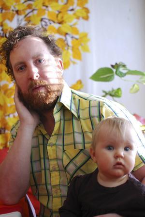 Uje Brandelius med Vega, tio månader. Uje släppte sin första soloskiva tidigare i år,