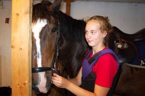 Carolina Holmqvist trivs på ridlägret. Hon och hästen Rappen är klara inför skogsritten.Foto: Carin Selldén