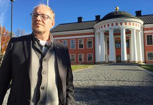 Erik Olsson, stadsarkitekt, framför Rådhuset i Härnösand - en av kommunens mest beundrade byggnader.