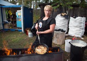 Anna-Karin Jönsson hade fullt upp med att göra kolbullar. 40 liter smet hade de laddat upp med under fredagen.