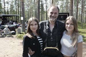 Elsa, Sören och Alva Lindvalldeltog i arrangemanget. Systrarna sjöng på scen medan pappa tog betalt.