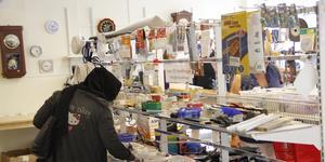 - Det kommer flera nya kunder under sommaren, säger Lena Englund, butiksansvarig för Kungsörs återvinning och Secondhand.