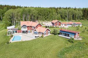 Tomten är 1,4 hektar och har förutom huvudbyggnaden även ett gästhus, ett poolhus och dubbelgarage med mera. Foto: Marijo Grgic/Bostadsfotograferna