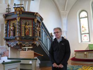 Komminister Mats Hallin vid predikstolen i Ullångers kyrka. Foto: Kurt Söderlund