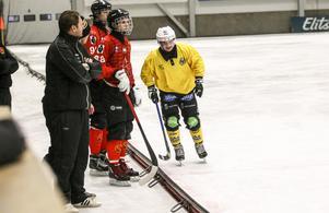 Assisterande tränaren Patrik Larsson gjorde sin första match i Broberg och fick se Tatu Ässämäki lämna isen i slutet av matchen.