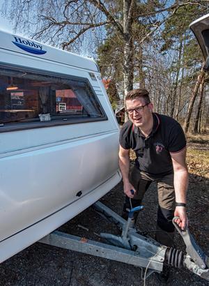 Det är en del fix med husvagnen innan man kan sätta sig och slappna av. Först måste den säkras upp, så den inte börjar rulla iväg.