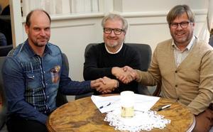 Kontraktet är påskrivet. Andreas Söderkvist,  VD på Miljönären, Mats Björklund ägare av Hofors Måleri och Klas Hedlund,  styrelseordförande i Miljönären Måleri AB. Bild: Miljönären