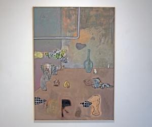 Milda färger och mjuka abstrakta figurer präglar Tapani Björkbackas målningar.