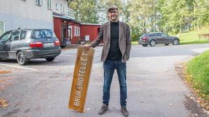Tommy Veittikoski, Skinnskattebergs kommuns bredbandssamordnare, och ny ägare av det gamla brukshotellet .