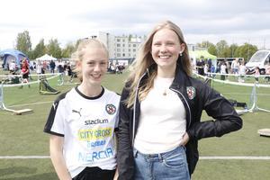 Hanna Brunke, t v, och My Lindgren spelar till vardags fotboll. – Det är kul att de har arrangerat så att alla ÖSK-lag får träffas och spela tillsammans, säger My.