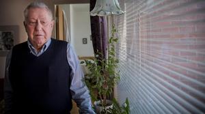 Lars Elwing står vid ett av fönsterna som påverkats av möglet.