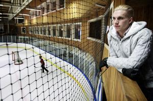 Mathias Dahlström tittar på nära några hemvändare passar på att träna lite lätt i ishallen i Smedjebacken.