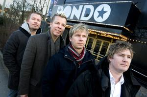Arvingarna utanför klassiska danspalatset Rondo i hemstaden Göteborg.