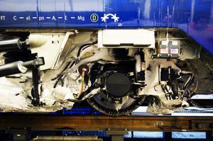 Det är inga små mängder is som bildas runt hjul och bromsar. Ett tåg kan ha upp till tio ton snö och is undertill.