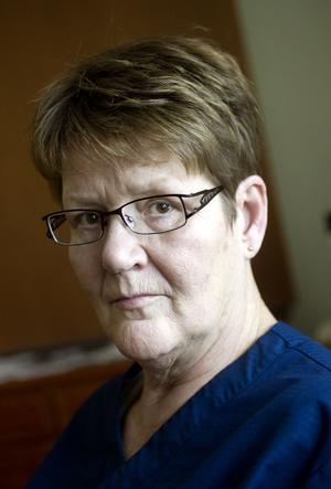 Vårdbiträdet Paula Heinonen blir mycket ledsen när hon får höra om hur kollegorna på andra äldreboenden missköter arbetet.
