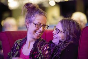Delar stol. Linda Eriksson och Anna Hedlund lyssnar på Qiyans krets.
