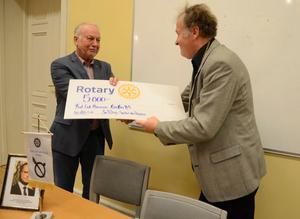 Curt-Erik Hermansson tar emot ungdomsledarstipendiet från Nora Rotary som delas ut av presidenten Jan Ulfberg.