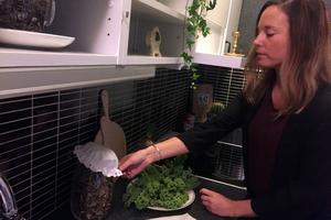 Jenny Gamnis fixar med stylingen i köket. Fotograferingen av den aktuella bostaden skedde bara ett par dagar efter att intervjun gjordes.